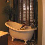 bathroom-oldfashioned-tub